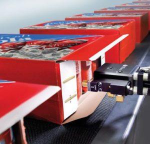 Dán hộp giấy bằng máy dán hộp tự động dùng keo nóng chảy