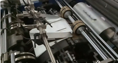Máy dán túi giấy tự động mở đáy và lăn keo sữa dán đáy túi giấy.