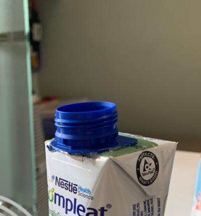 Keo dán nắp nhựa với hộp giấy TETRA PAK có màng bên ngoài cùng.