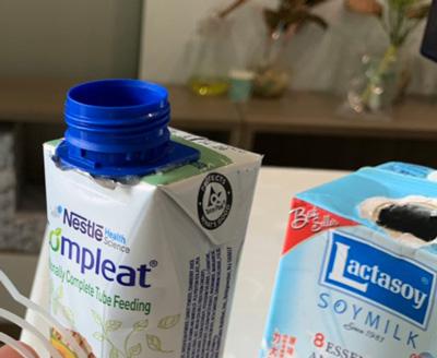 Các hộp sữa, hộp nước trái cây khi đóng gói trong môi trường vô khuẩn sẽ niêm phong màng seal. Nên keo hotmelt phải có khả năng kết dính tốt giữa màng seal với nắp nhựa.